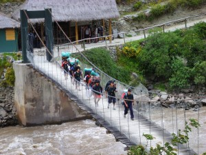 "Hängebrücke oberhalb des Rio Urrubamba nahe dem ""Km 82"""