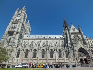 Die imposante Kathedrale von Quito vor strahlend blauem Himmel
